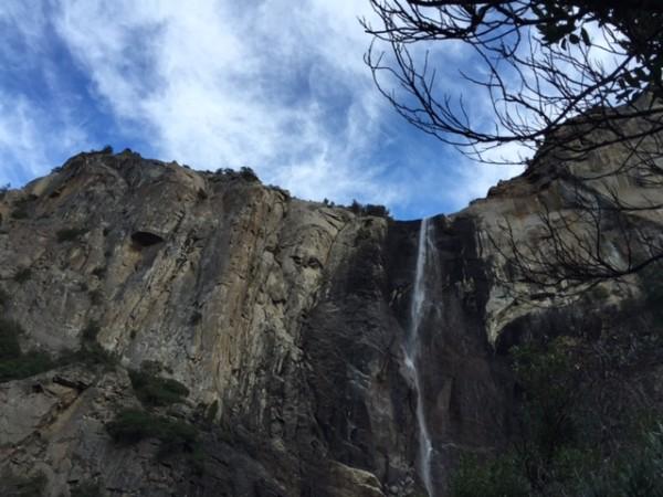 雖比夏天整個乾涸好些,但是瀑布水量遠遠不及往年同期