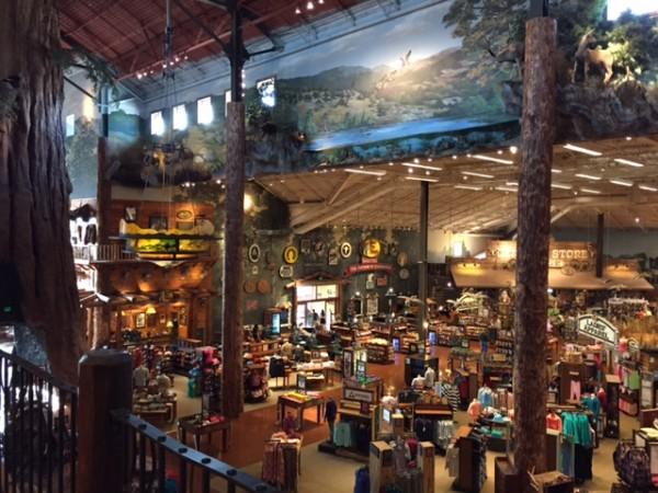 偌大的商場除陳列各式戶外休閒用品之外,也環繞著野外造景