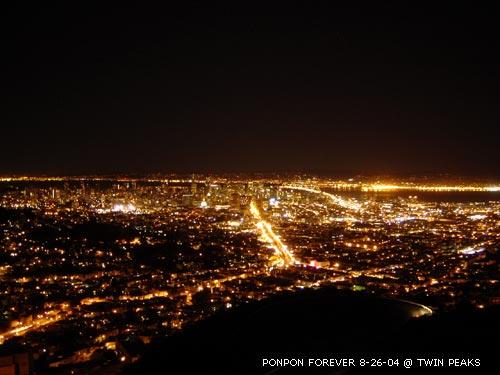 2004年8月底登上雙峰看到美麗的夜景。這是我第一次成功的在此看到夜景,以前每次都遇到大霧。那天天氣實在超棒,能見度百分之一百,不但舊金山亮晶晶的市區盡收眼底,金門大橋和奧克蘭港口也看得清清楚楚。